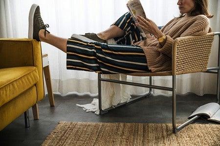 Vrouw zit op een stoel te lezen