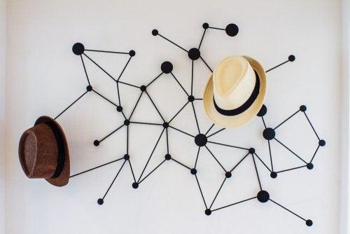 Een kapstok met hoeden