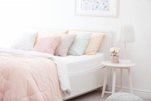 Een slaapkamer in pastelkleuren