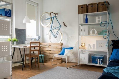 Kamer van een tiener in bruin en blauw