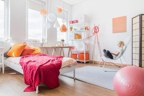 Slaapkamer van een tiener met wit en zalm