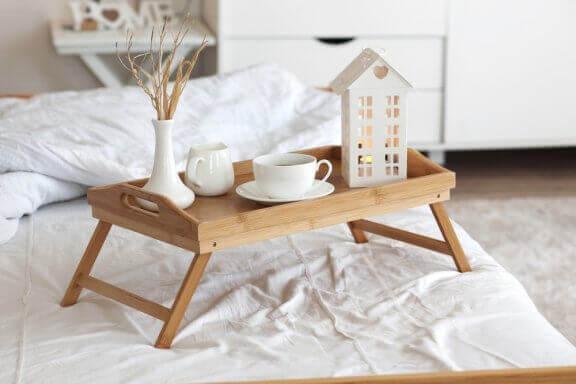 Dienblad met een kopje thee voor op bed