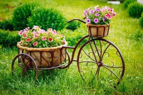 Hoe je oude fiets in een plantenbak te transformeren