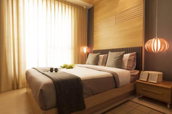 Een slaapkamer met oosterse inrichting