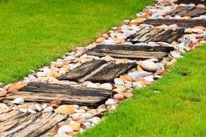 Gerecycled houten pad met stenen