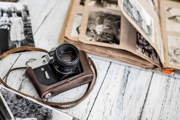 Camera en een fotoalbum met familiefoto's als decoratie