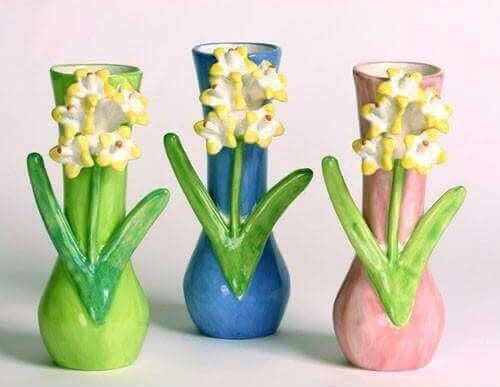Vaasjes met handgemaakte bloemen
