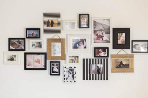Witte muur met familiefoto's als decoratie