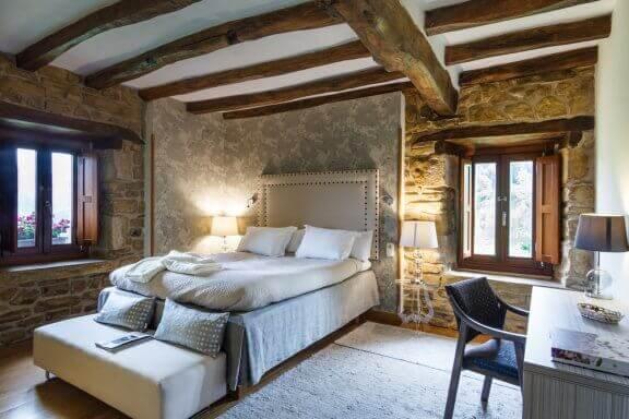 Slaapkamer met houten balken aan het plafond