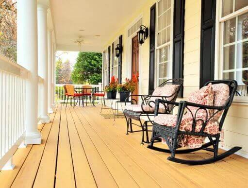 Rustieke houten veranda met schommelstoelen