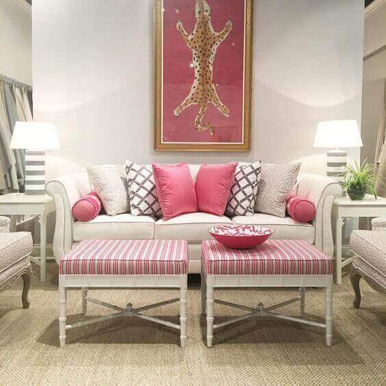 Wit interieur met roze details