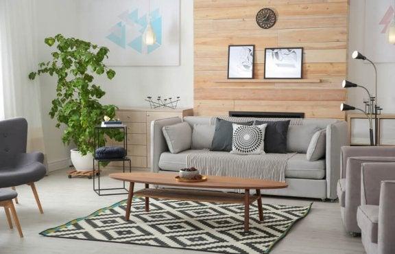 Woonkamer met een houten muur