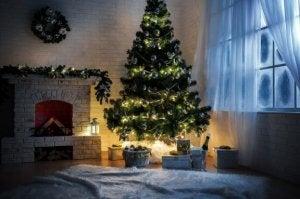 Kerstboom in de hoek van de kamer