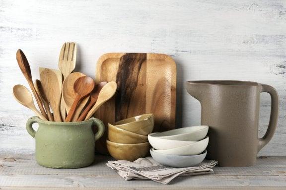 Houten keukengerei en aardewerk