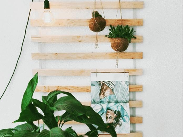 Lattenbodem aan de muur als decoratie