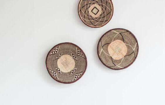 Bordjes van natuurlijke vezels aan de muur
