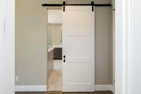 Badkamer met een schuifdeur