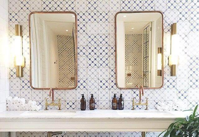 Spiegels in een rustieke badkamer