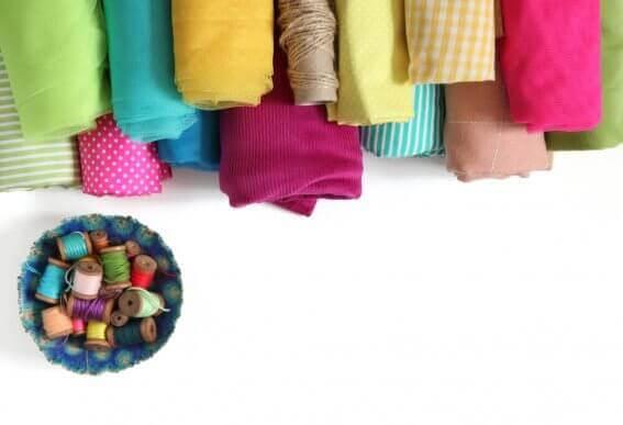 Verschillende soorten stof en naaigaren