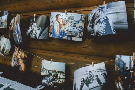 Familiefoto's als decoratie aan de muur