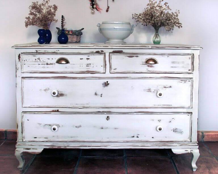 Wit dressoir met beschadigingen