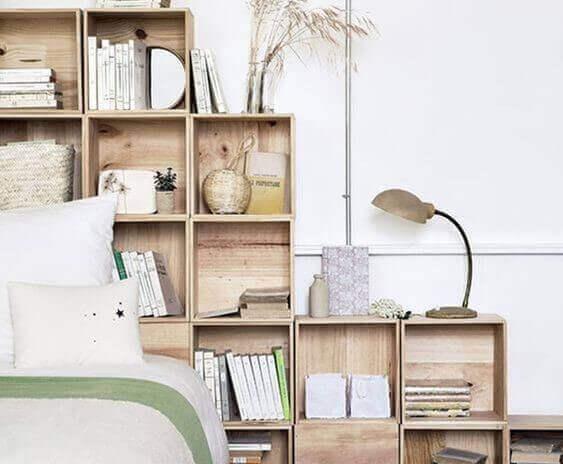 Een goedkope huisinrichting met houten kisten