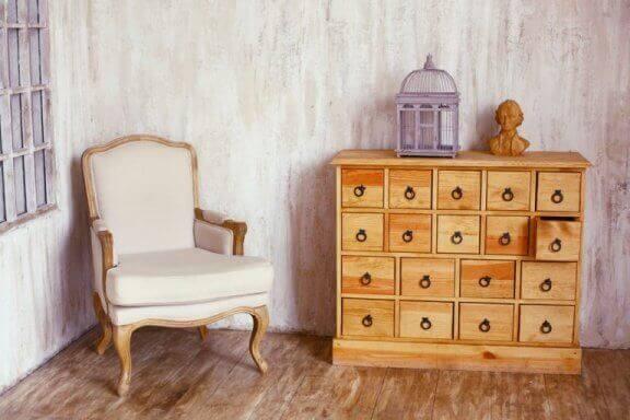 Kleine kamer met een kastje en een stoel