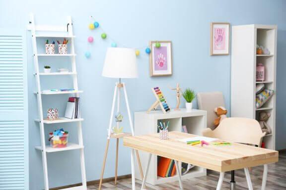 Kamer met een lichtblauwe muur