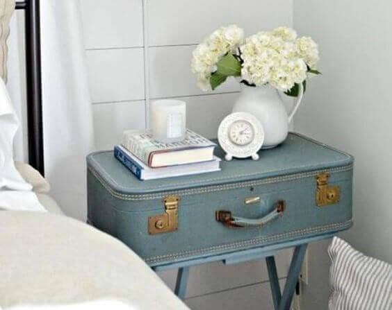 Nachtkastje van een oude koffer