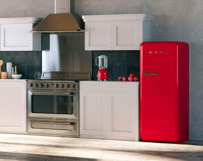 Witte keuken met knalrode koelkast