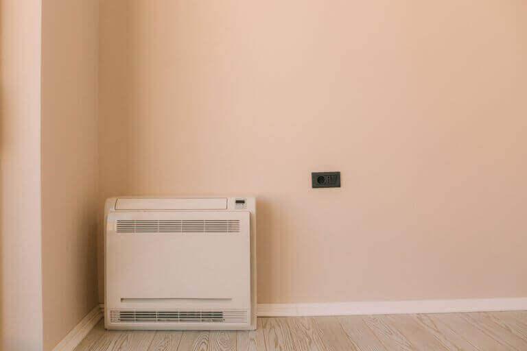 Grote airconditioner op de vloer