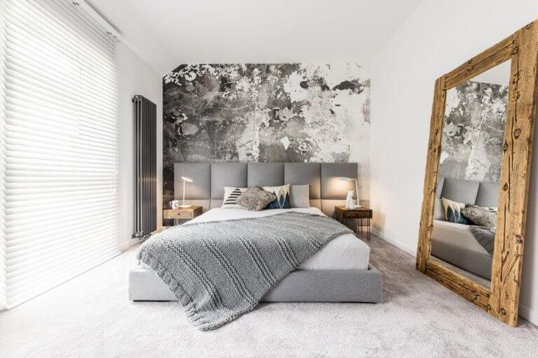 Enorme spiegel in een slaapkamer