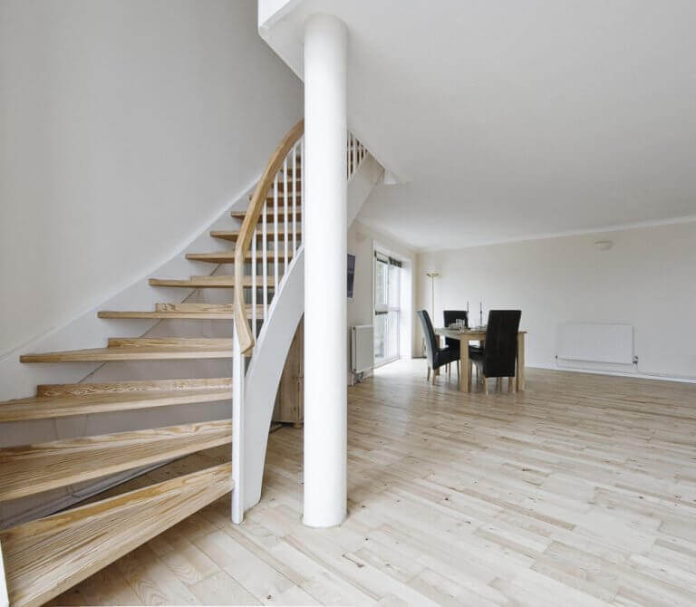 Bijna lege ruimte met een trap