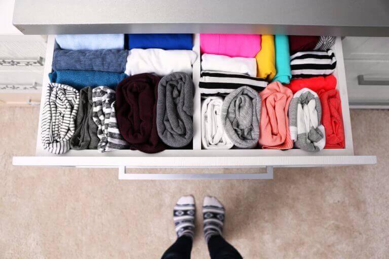 Opgeruimde la met kleding