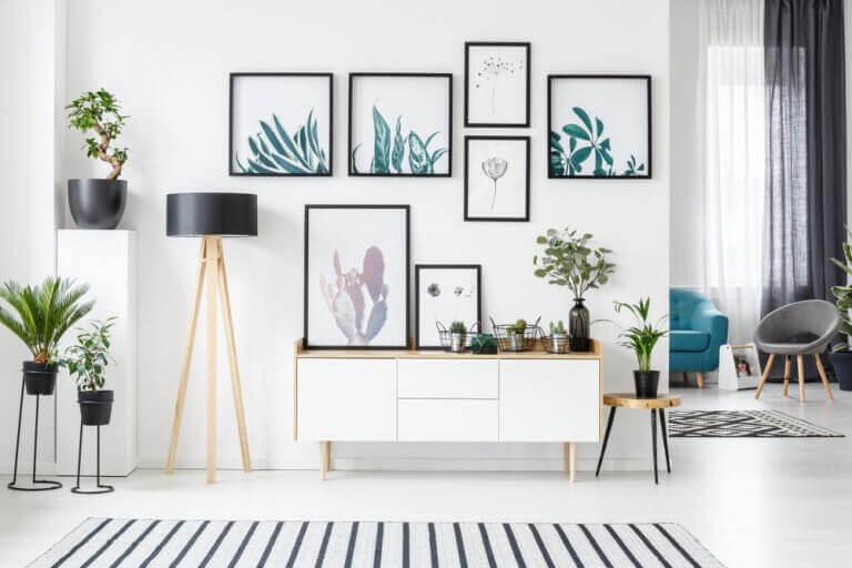 Muur met verschillende schilderijen