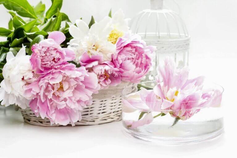 Mand met roze bloemen