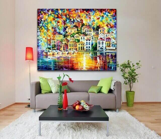 Woonkamer met een schilderij met felle kleuren