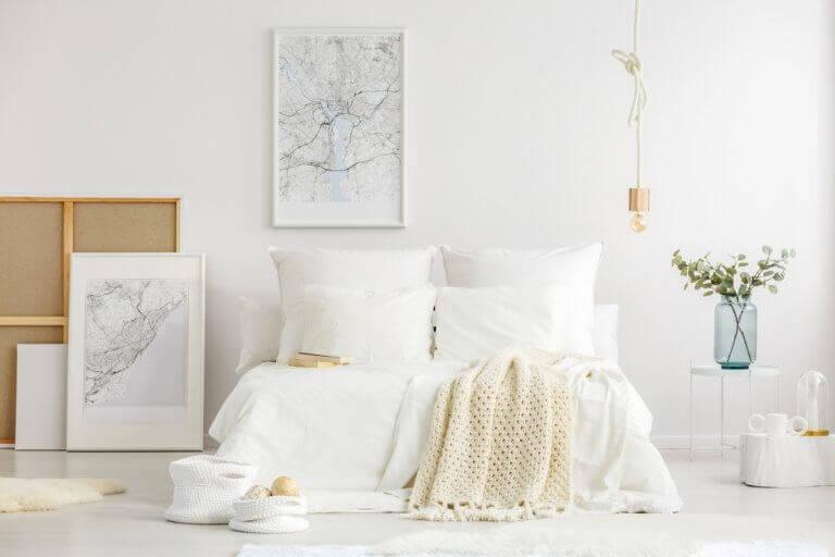 Slaapkamer met een paar schilderijen