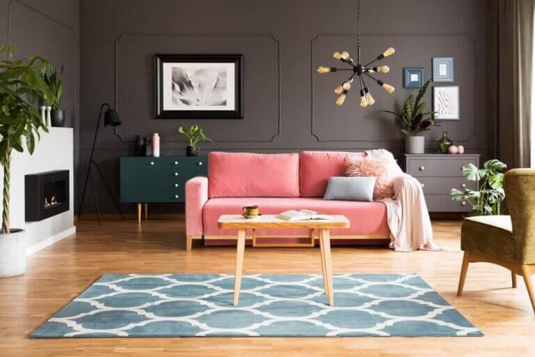 Zwarte muur en gekleurde meubels