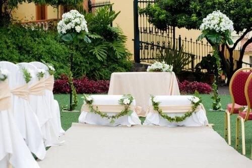 Huwelijksaltaar met bloemenslingers