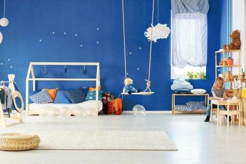 Slaapkamer van een kind met een schommel