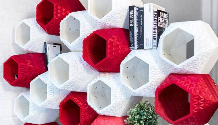 Boekenkast met rode en witte vakken