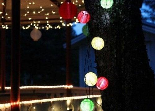 De patio opent een deur voor kleurrijke lampen