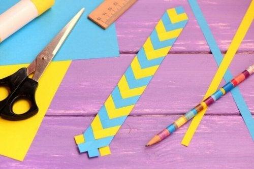 Boekenlegger met blauwe en gele strepen