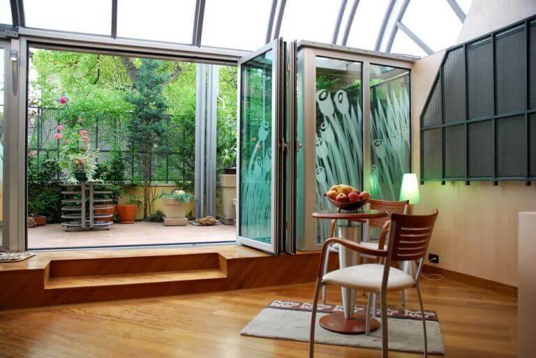 Een buitenmuur bestaande uit glazen vouwdeuren