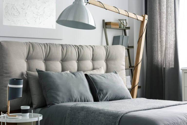 Slaapkamer met een grijs bed