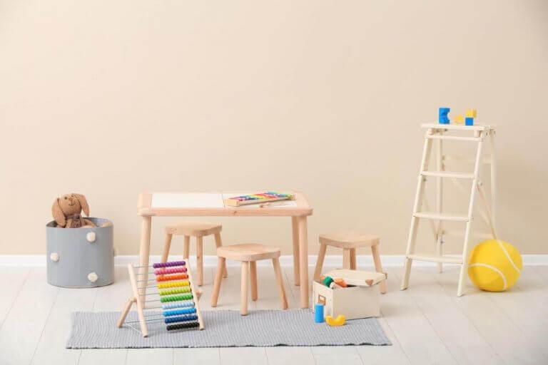 Kleine houten tafel met krukjes
