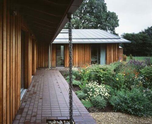 Houten huis met een regenketting