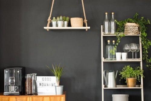 Ladder met planten en spulletjes