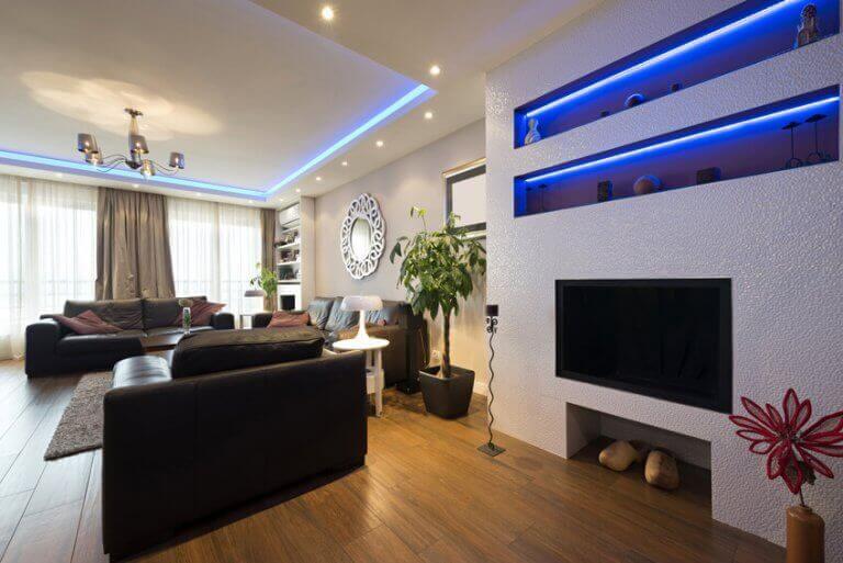 Kleurrijke indirecte verlichting in de woonkamer